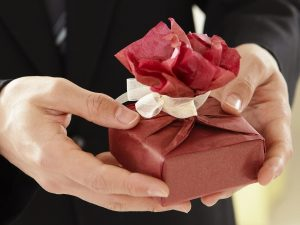 Как правильно дарить подарки по закону