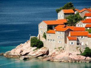 «Нужно жить у моря, мама»: как получить вид на жительство в Черногории